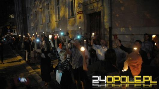 """Łańcuch światła w Opolu. """"Bronimy sądów i demokracji"""""""