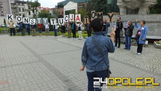 """""""Konstytucja to my!"""". Antyrządowy happening również w Opolu"""