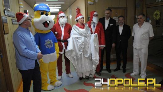 Policjanci wraz ze studentami WSB wcielili się w rolę Mikołajów dla dzieci