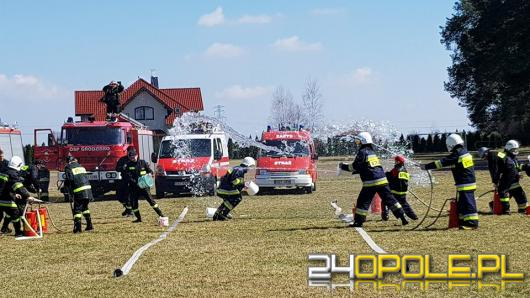 5 ton wody wylali na siebie strażacy w Suchej podczas bitwy wodnej