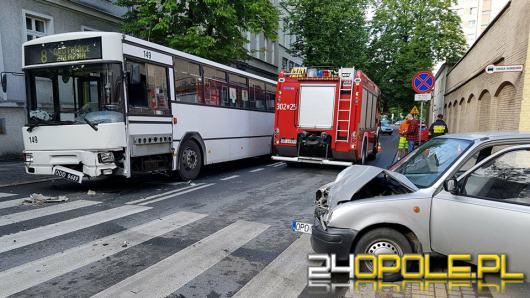 Na ul. Sądowej autobus zderzył się z osobówką