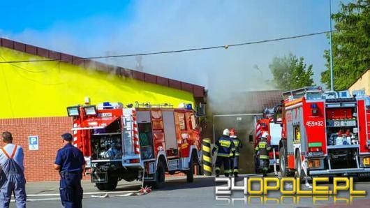 19 zastępów straży pożarnej walczyło z pożarem Biedronki w Namysłowie