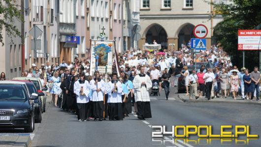 Tłumy wiernych przeszły ulicami Opola sypiąc kwiaty