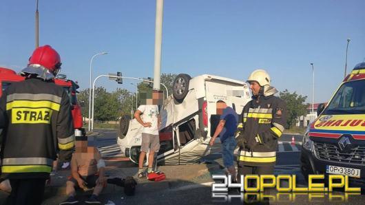 Zderzenie osobówki z busem na skrzyżowaniu Pużaka z Sosnkowskiego. Są ranni