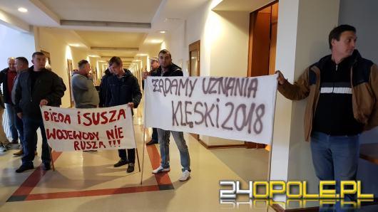 Protest pod Urzędem Wojewódzkim. Opolscy rolnicy chcą obiecanych wypłat odszkodowań za suszę.