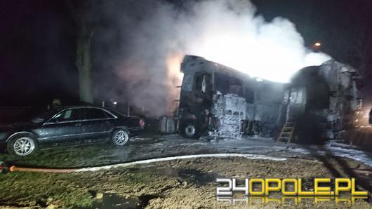 Pożar w bazie transportowej. Spłonęło 5 ciągników siodłowych