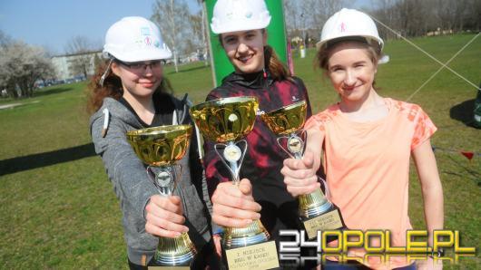 Kilkadziesiąt dziewcząt pobiegło dziś w kasku na błoniach Politechniki Opolskiej