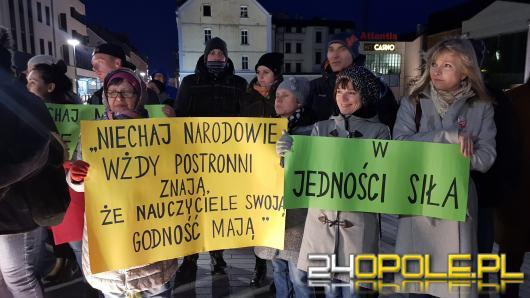 Ponad setka osób utworzyła łańcuch światła na Placu Wolności