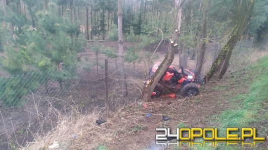 Quad wypadł z drogi i uderzył w drzewo. Dwaj mężczyźni w ciężkim stanie