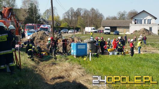 Wypadek przy budowie kanalizacji w gminie Ozimek. Dwaj mężczyźni ugrzęźli pod ziemią