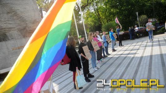 """Tęczowe Opole manifestuje """"milcząc"""", przeciwnicy LGBT głośno kontrmanifestują"""
