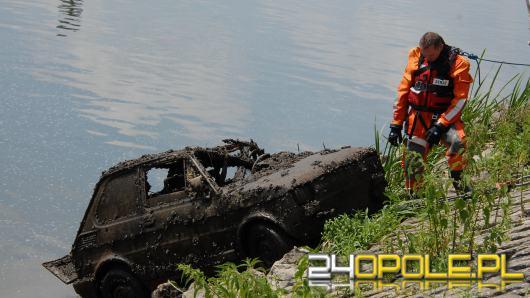 Z dna Odry przy Pasiece wyciągnięto samochód