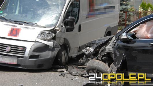 Czołowe zderzenie busa i osobówki w Opolu