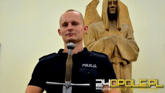 Policjant w zbroi rycerza