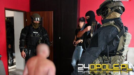 Zwęglone zwłoki pod Strzelcami Opolskimi. Policja zatrzymała 3 osoby
