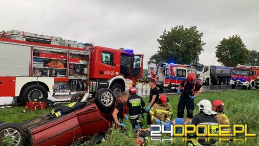 Volkswagen dachował na DK45, ranny kierowca w szpitalu