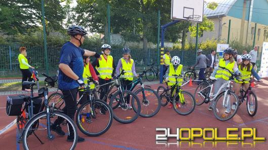 """Dzieci z 20 szkół podstawowych w regionie rozpoczęły akcję """"Dwa zamiast cztery: Opolskie na rowery"""""""