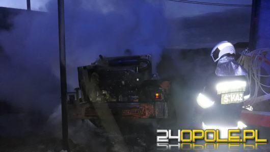Krapkowiccy strażacy interweniowali na jednym z gospodarstw. Spłonęła maszyna rolnicza