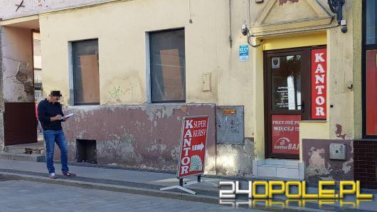 Rozbój w Brzegu. Bandyci napadli na mężczyznę pod kantorem, ukradli sporą sumę pieniędzy