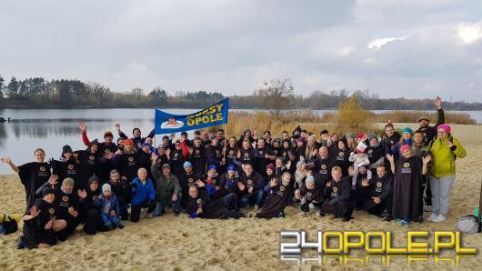 Blisko 100 fanów zimnych kąpieli uczciło Święto Niepodległości. Morsy Opole rozpoczęły sezon