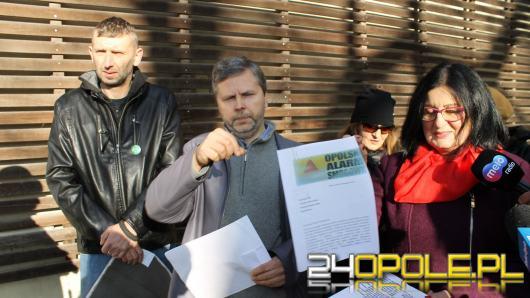 Członkowie Opolskiego Alarmu Smogowego śpiewali pod urzędem
