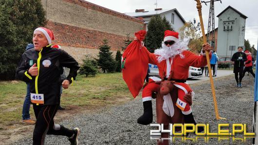 Blisko 200 Mikołajów biegło ulicami Żytniowa w gminie Rudniki
