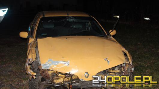 Staranował 3 pojazdy i ukrył auto. Zgubił za to tablicę rejestracyjną w pobliżu zdarzenia