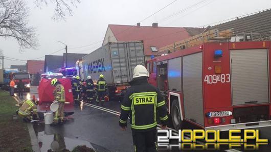 Wypadek w Buszycach. Motocyklista przewrócił się i upadł pod nadjeżdżającą ciężarówkę