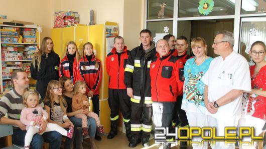 Strażacy obdarowali małych pacjentów z USK