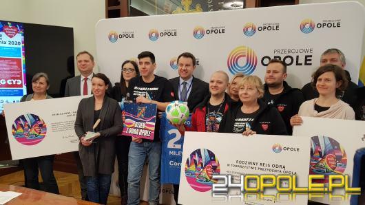 Prezydent Arkadiusz Wiśniewski przekazał dary na licytacje WOŚP