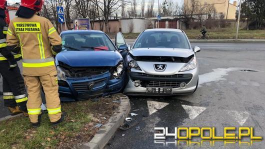 Auta osobowe zderzyły się na skrzyżowaniu Armii Krajowej i Fabrycznej w Opolu