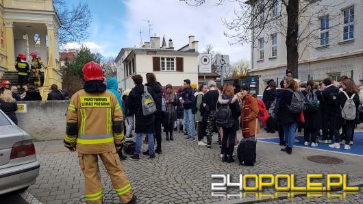 """Ewakuacja opolskiego """"plastyczniaka"""".  Wyczuwalna woń siarki była powodem zaalarmowania straży"""
