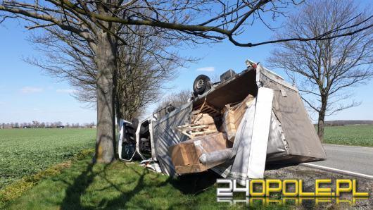 Auto dostawcze dachowało na DK 11. Kierowca był pijany