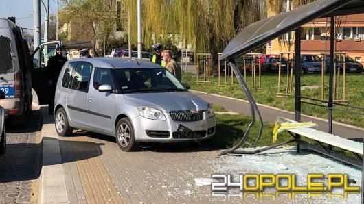 Kierujący Skodą staranował przystanek autobusowy na Niemodlińskiej
