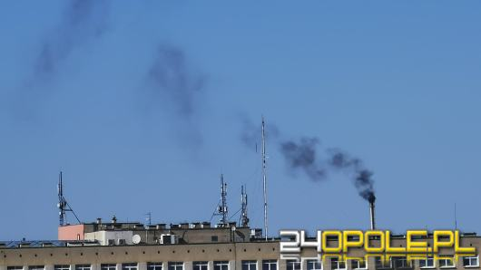 Z nieczynnej spalarni USK unosi się gęsty czarny dym