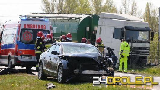 Audi zderzyło się z ciężarówką. Niebezpieczne zdarzenie na Krapkowickiej