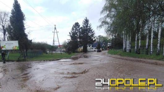 Woda z błotem zalała piwnice i zablokowała drogę w gminie Pawłowiczki