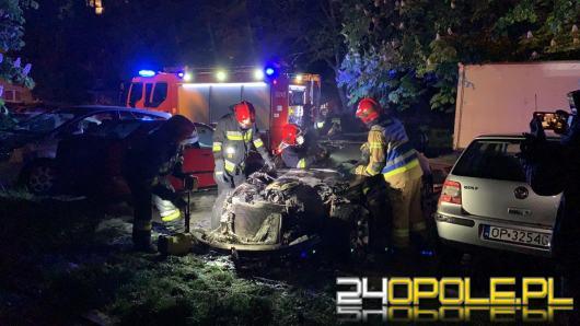 BMW spłonęło na parkingu przy ulicy Dambonia