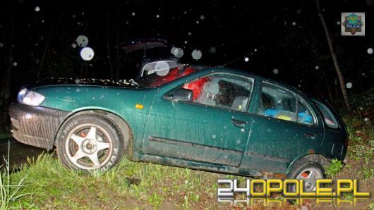 Skradzionym samochodem wjechali do rowu, kierowca i pasażer byli pijani