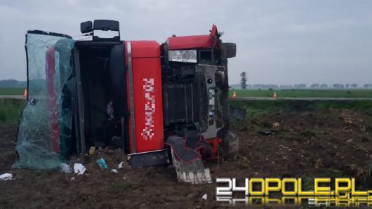Utrudnienia na DK11 w powiecie kluczborskim. Ciężarówka wypadła z drogi