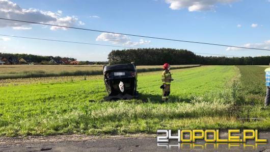 Dachujący samochód uszkodził słup energetyczny w Tarnowie Opolskim