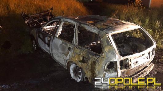 Samochód osobowy spłonął w pobliżu obwodnicy Czarnowąsów
