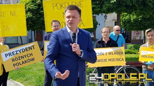 Szymon Hołownia na Opolszczyźnie. Spotkanie w Namysłowie zakłócane przez wyborców PiS