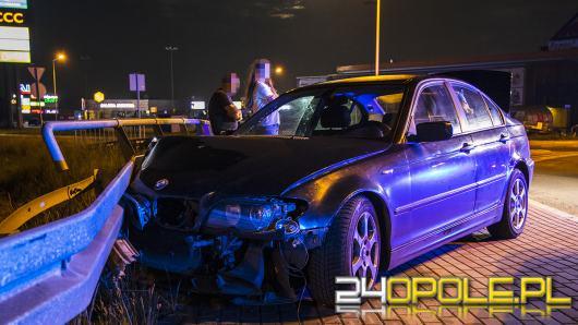 Kluczbork: BMW uderzyło w bariery. Policja zastała 3 pijanych pasażerów, bez kierowcy