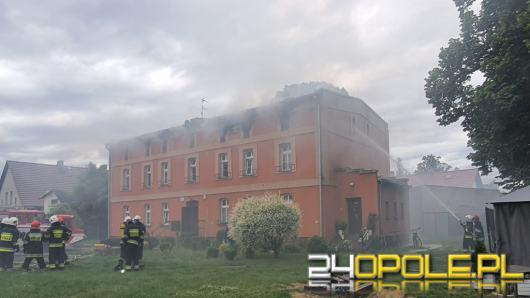 Płonie budynek wielorodzinny w gminie Wołczyn. W akcji 18 zastępów straży