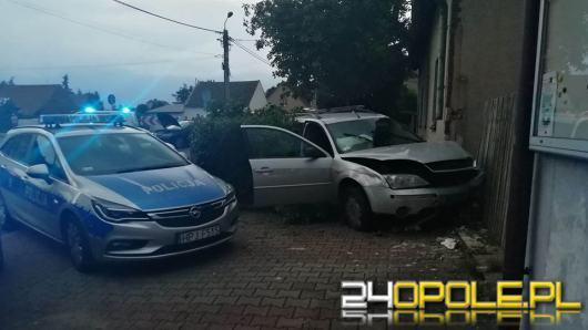 Zderzenie 3 pojazdów w Januszkowicach. Kierujący wjechał w budynek mieszkalny