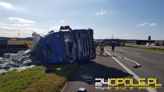 Ciężarówka staranowała metalowa konstrukcję na A4. Droga zablokowana w obu kierunkach