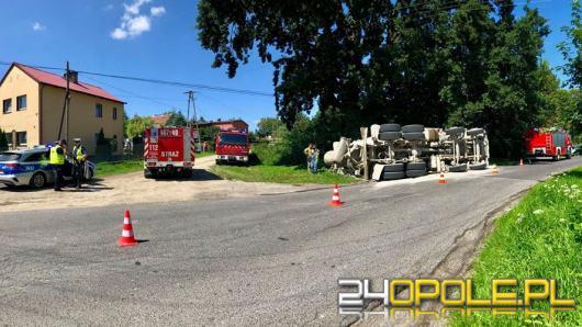 Betoniarka samochodowa przewróciła się na drodze