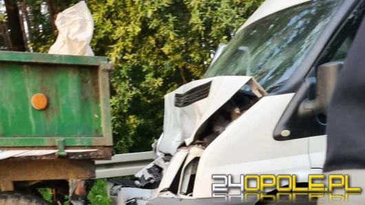 Wypadek dostawczego busa z zestawem rolniczym w powiecie strzeleckim