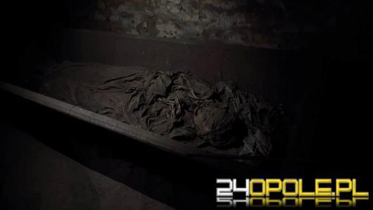 Zmumifikowane ciało kobiety w drewnianej trumnie w kościele pod Opolem